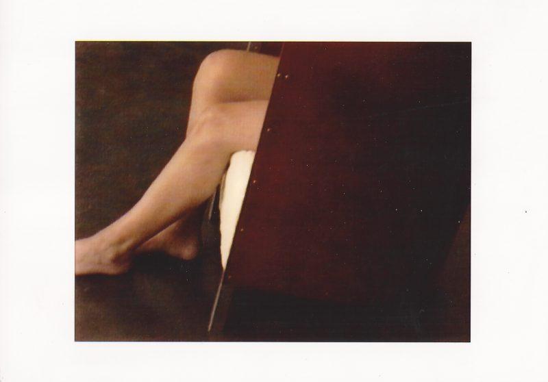 De benen van Olleke Bolleke (een vriendin van het gezin Van Severen) in F88. © The Maarten Van Severen Foundation