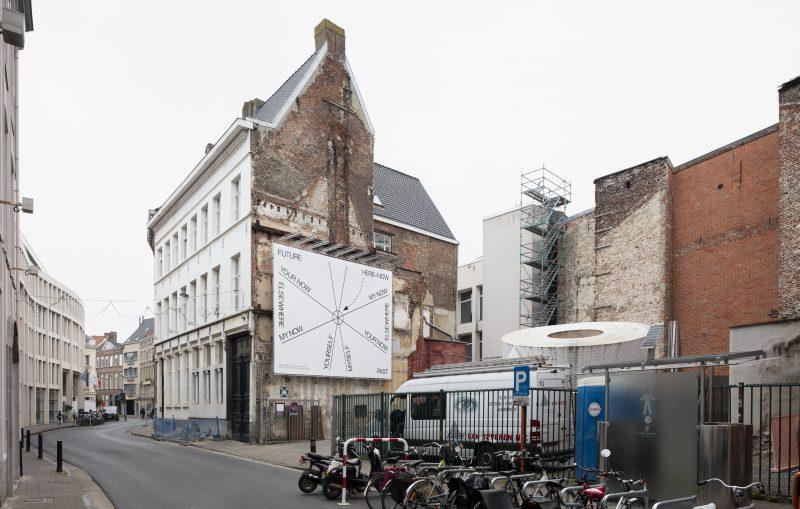 Het braakliggend stuk grond in de Drabstraat waar de nieuwe vleugel komt © Michiel De Cleene iov Vlaams Bouwmeester