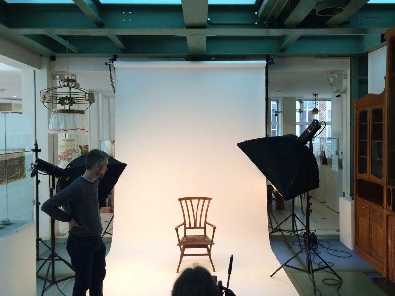 Impressie van de foto-opname in de museumzaal van de stoel Bloemenwerf (Henry van de Velde) door fotograaf Dries Van den Brande (www.driesvandenbrande.be)